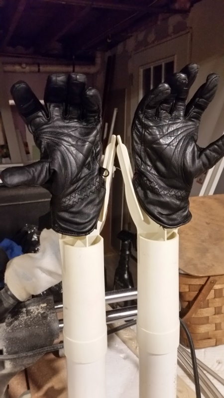 Leather gloves drying-trnd